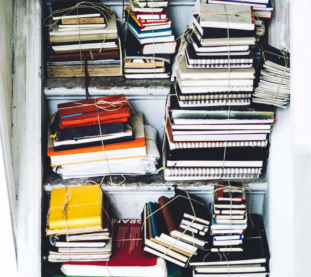 pila di libri e quaderni