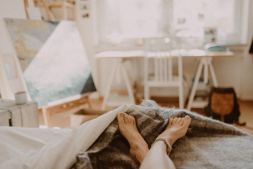 piedi fuori dalle coperte in relax