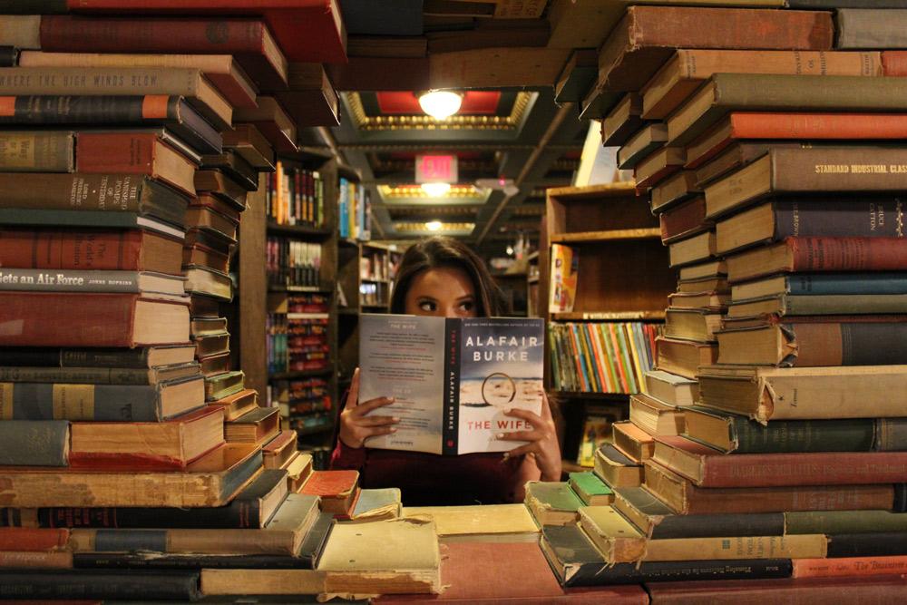 libri impilati in libreria
