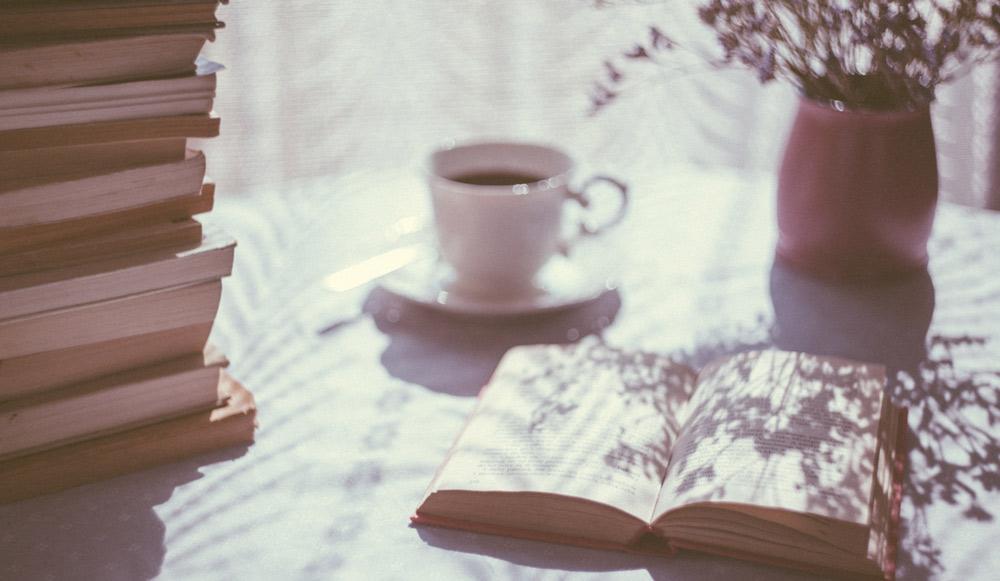 libri con tazza caffè
