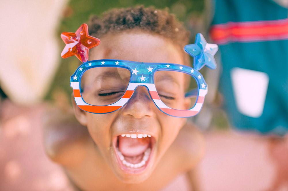 bambina che canta con occhiali