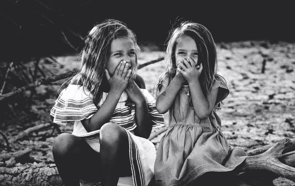 bambine che ridono insieme